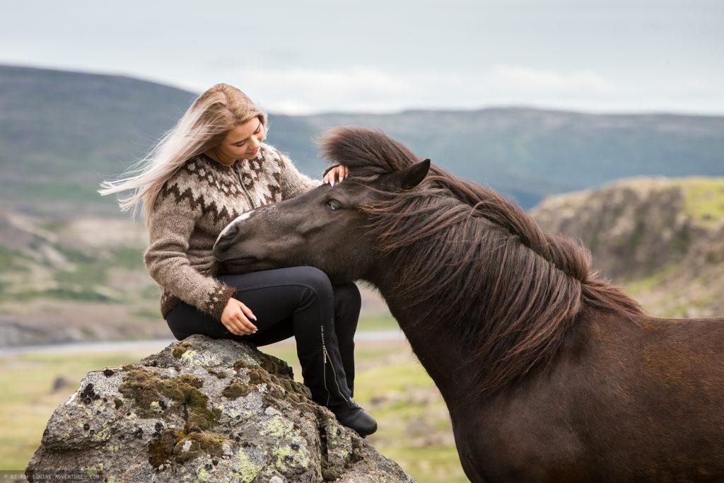 ea-fotoreise-island-frau-pferd-fels